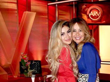 Alexa Dellanos abrazando a su madre Myrka Dellanos | Mezcalent