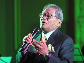 El maestro Armando Manzanero interpretando una canción | Mezcalent