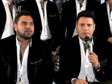 Oswaldo Silvas con el micrófono en una conferencia de prensa de la Banda MS | Mezcalent