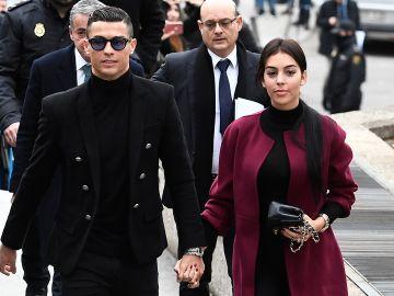 Cristiano y Georgina caminan de la mano por las calles de Turín | Getty Images