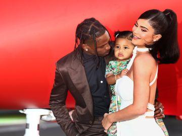Travis Scott, Kylie Jenner y Stormi | Tommaso Boddi/ Getty Images for Netflix