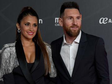 Antonela Roccuzzo y Leo Messi durante una gala