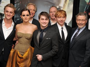 Elenco de Harry Potter posando para la prensa en una alfombra roja | Getty Images