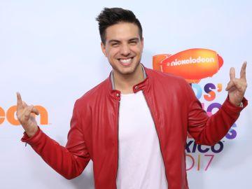 Vadhir Derbez en la alfombra roja de los Kids Choice Awards | Getty