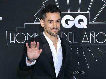 Luis Gerardo Méndez en la alfombra roja de un evento de la revista GQ | Mezcalent