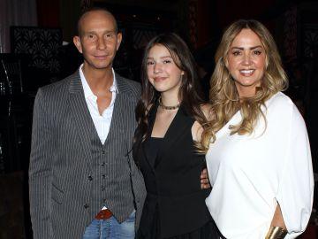 Mía acompañada de sus padres: Erik Rubín y andrea Legarreta
