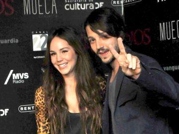 Camila Sodi y Diego Luna   Mezcalent