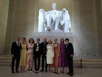 El presidente Biden y su familia posando en el Lincoln Memorial, durante la noche de espectáculos al cierre de la Investidura Presidencial | Getty Images