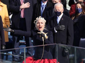Lady Gaga cantando el himno nacional frente a Joe Biden minutos antes de su investidura presidencial | Alex Wong/Getty Images