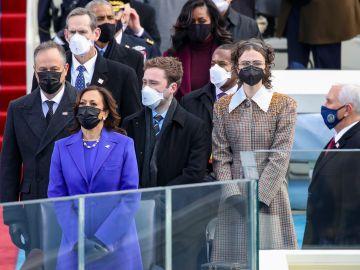 Kamala Harris acompañada de su esposo Douglas Emhoff y sus hijastros Cole y Ella Emhoff | Getty Images