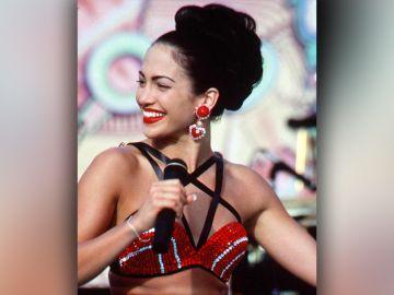 Jennifer Lopez interpretando a Selena Quintanilla