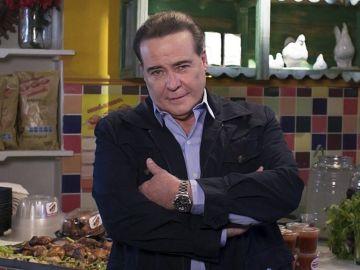 """César Évora en la novela """"Qué le pasa a mi familia""""   Mezcalent"""