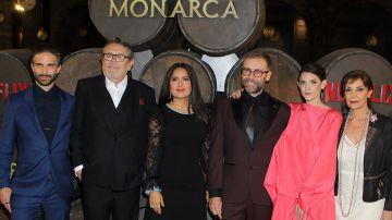 Elenco de Monarca junto a Salma Hayek | Mezcalent