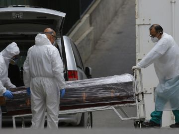 Salida de la morgue del hospital Carlos Van Buren | ZAMORA / ATON CHILE / AFP) / Chile OUT / RESTRICTED TO EDITORIAL USE (Photo by RAUL ZAMORA/ATON CHILE/AFP via Getty Images