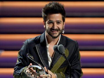 Camilo recibiendo el premio de  Pop Album of The Year de Univision en los Premio Lo Nuestro a la Música Latina  en el American Airlines Arena  en Miami, Florida   Getty Images, Rodrigo Varela