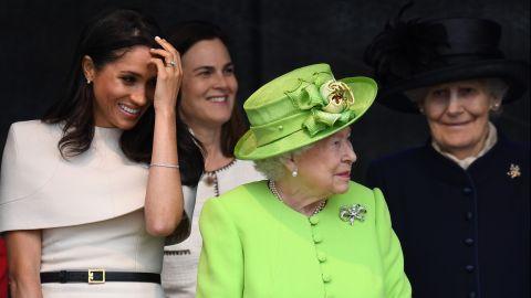 La reina Isabel II juntoa Meghan, y Samantha Cohen en la ceremonia de New Mersey Gateway Bridge en Widnes Halton, Cheshire, Inglaterra | Getty Images, Jeff J Mitchell