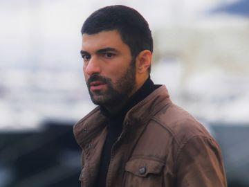 Engin Akyürek es Sancar en 'La Hija del Embajador'