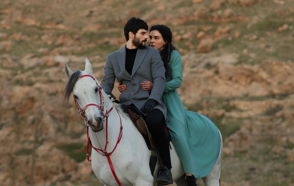 Ebru Şahin es Reyyan y Akın Akınözü es Miran en 'Hercai: Amor y Venganza'
