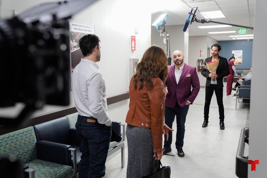 Lupillo Rivera grabando una escena para 'La Suerte de Loli'