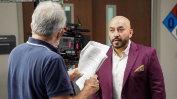 Lupillo Rivera recibiendo indicaciones en 'La Suerte de Loli'