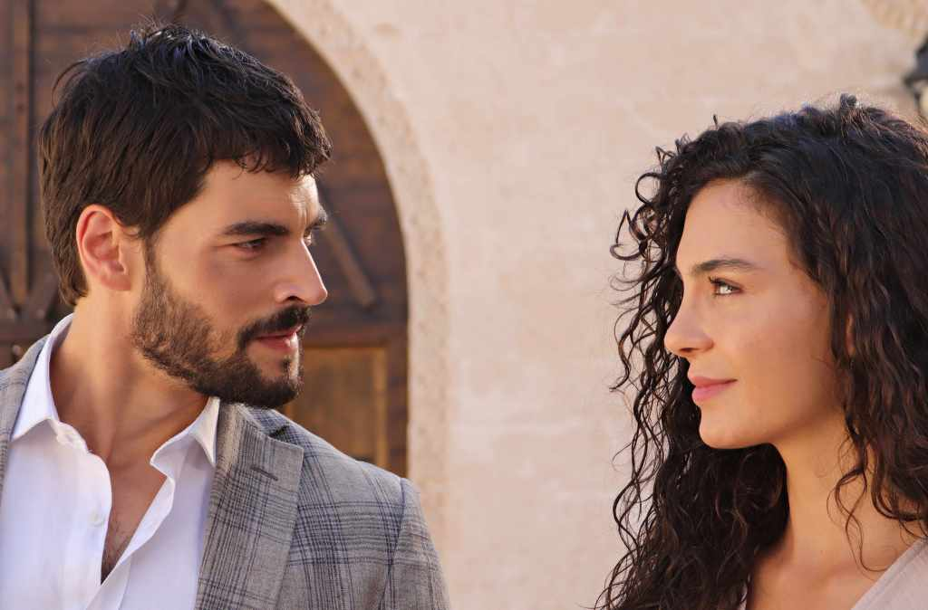 'Hercai: Amor y Venganza' es protagonizada por Akın Akınözü y Ebru Şahin