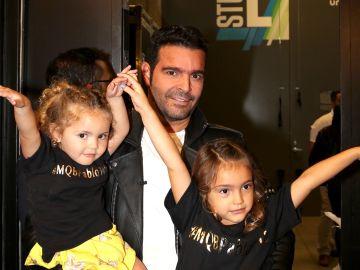 Pablo Montero junto a sus hijas | Mezcalent