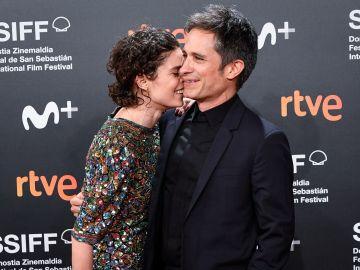 Gael García junto a Fernanda Aragonés en alfombra roja de Sebastian Film Festival | Carlos Alvarez/Getty Images
