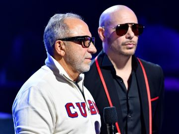 Emilio Estefan y Pitbull   Jason Koerner/Getty Images for Univision