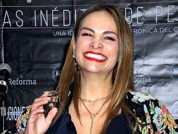 Fabiola Campomanes en alfombra roja de la obra de teatro Invencible   Mezcalent