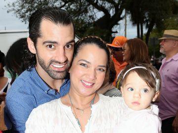 Adamari López y Toni Costa junto a su hija, Alaïa   Mezcalent