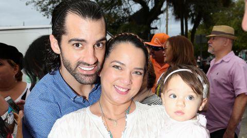 Adamari López y Toni Costa junto a su hija, Alaïa | Mezcalent
