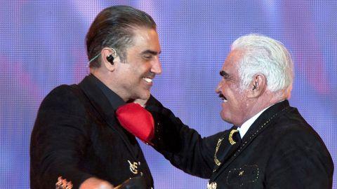 Alejandro Fernández cantando junto a su padre, Vicente Fernández   Mezcalent