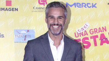 """Juan Pablo Medina en la alfombra roja de """"Casi una gran estafa""""   Mezcalent"""