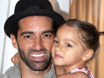 Toni Costa junto a su hija Alaïa | Mezcalent