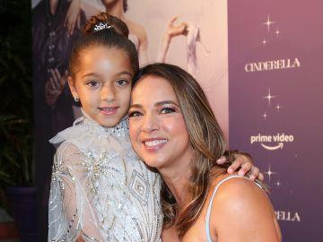 Adamari López y Alaïa en el estreno de Cinderella   Mezcalent