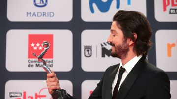 Diego Luna con su Premio Latino | Mezcalent